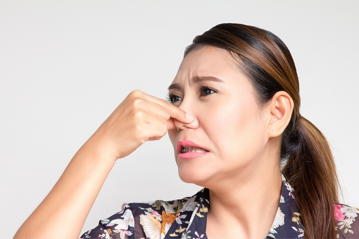 Bad smells are signs of burst pipe in winter.